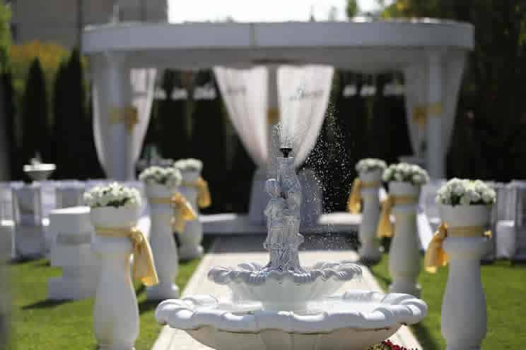 Outdoor wedding with water feature in center